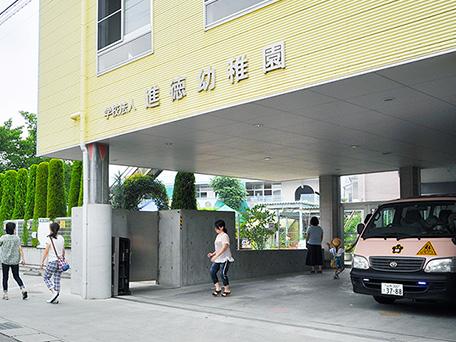 玄関と送迎用駐車場
