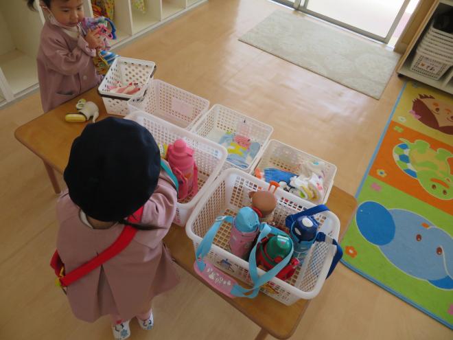2歳児ひよこ組の朝のお仕度の様子です。