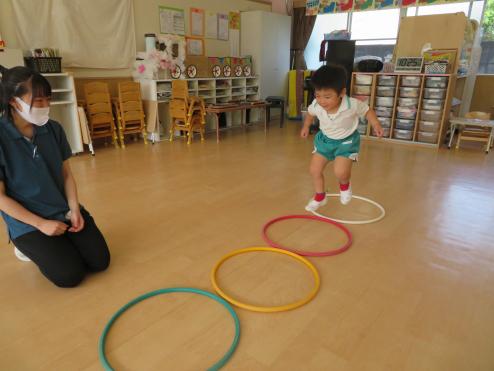 2歳児ひよこ組 フープで遊ぼう!