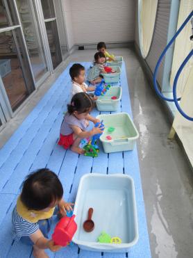 たまご組1歳児はじめての水遊びです