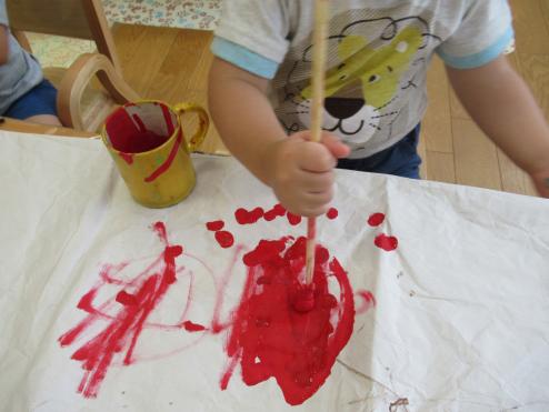 たまご組1歳児絵の具遊びの様子です